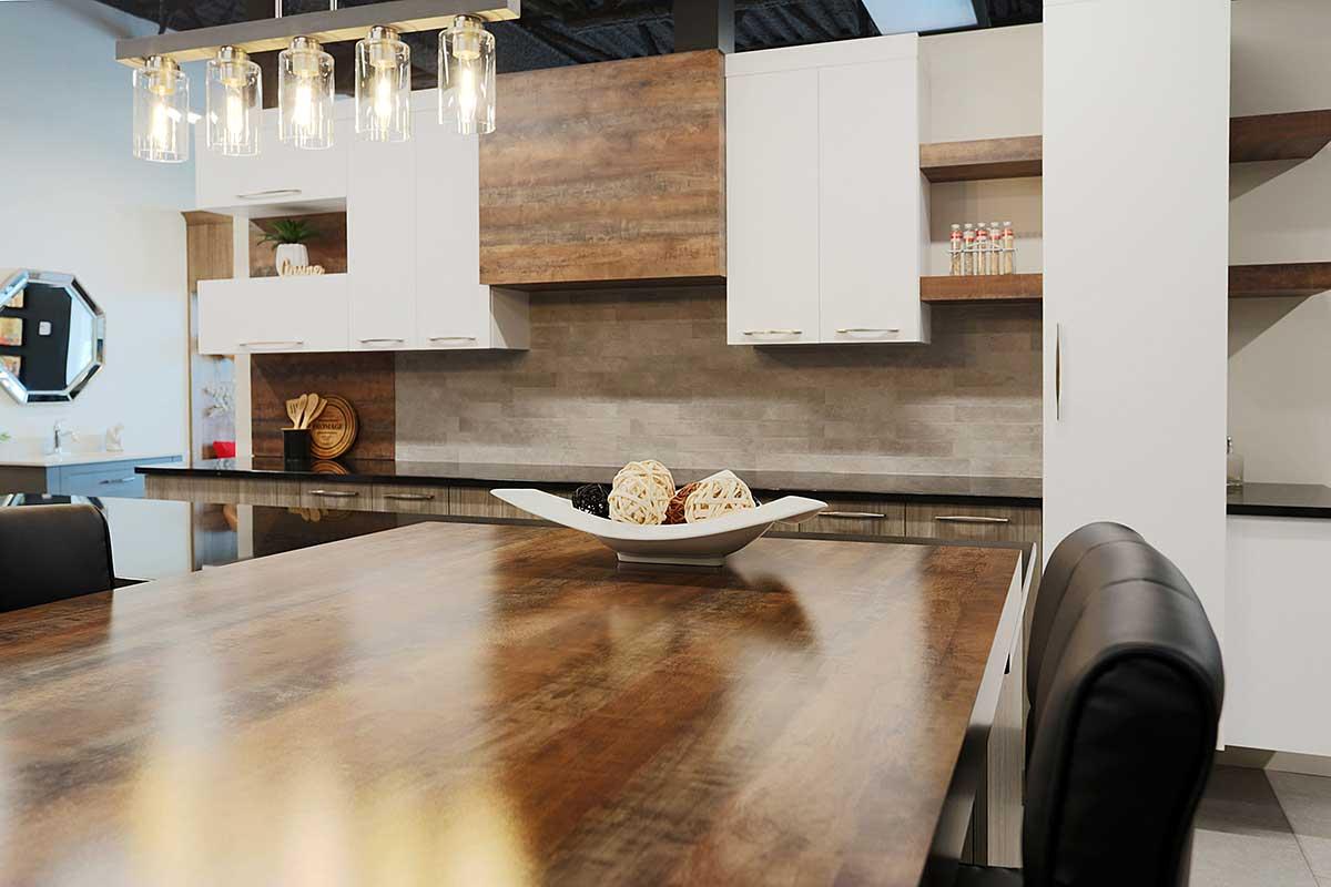 Armoires de cuisine 3 tons dans la salle d'exposition de Armoires Senécal et Fils à Terrebonne