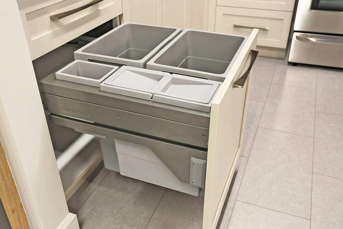 poubelle de cuisine à compartiments encastré dans armoire