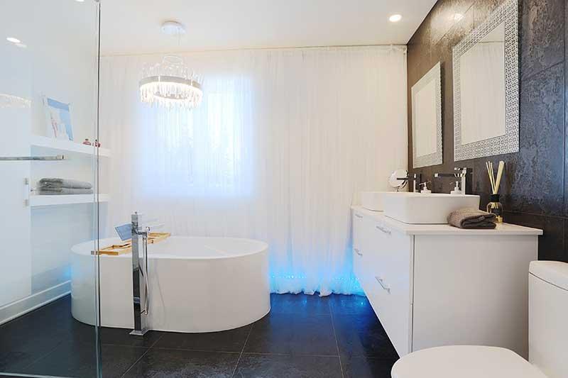 salle de bain moderne avec vanité suspendue