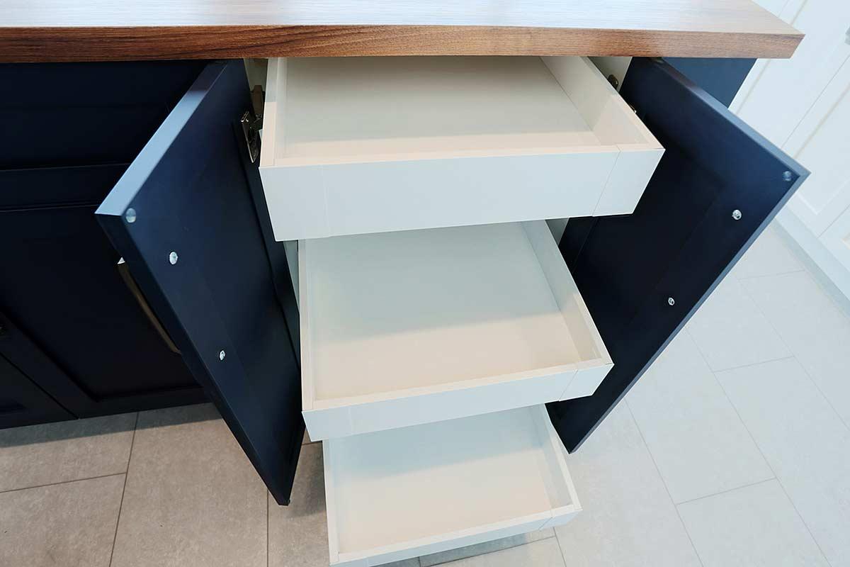 tiroirs coulissants dans armoires cuisine